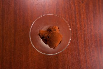 口の中でとろける生チョコレート。お酒のお供に。