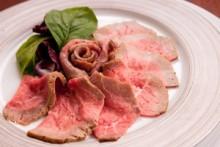 自家製ローストビーフの昆布〆   低温で焼き上げ、さらに昆布で肉の旨味を最大限に引き出しました。