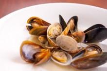 アサリとムール貝の白ワイン蒸し   BARでの定番!アイラなどクセのあるモルトとの相性も良いです。